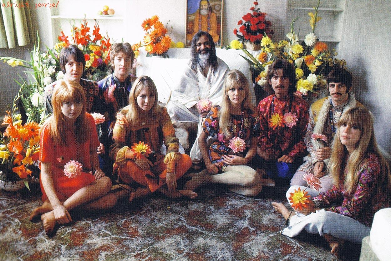 John, Paul, George y Ringo y sus respectivas parejas con el Maharishi Yogi en la India.