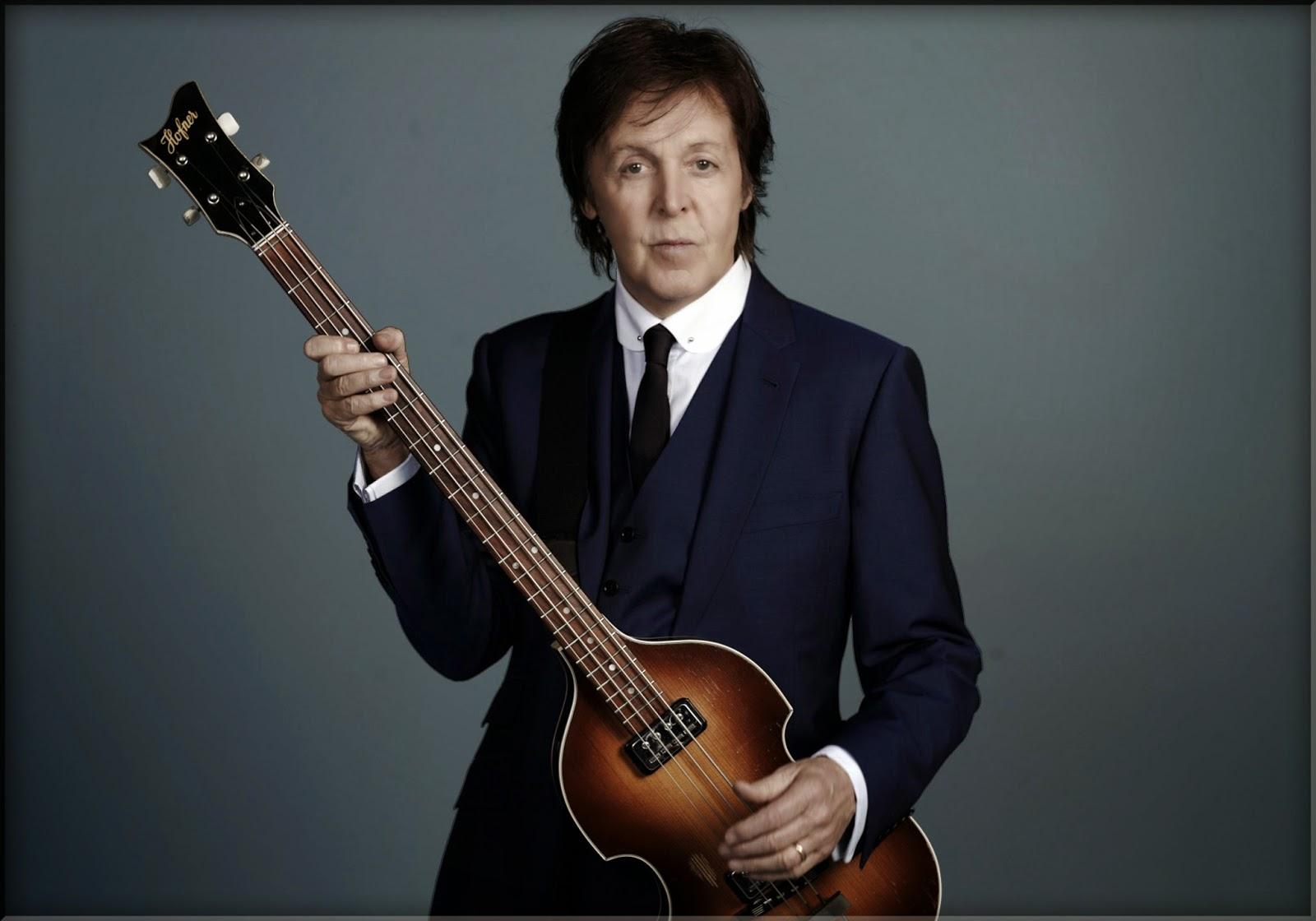 Paul McCartney y su característico bajo Hofner, del cual es fiel hasta hoy día.