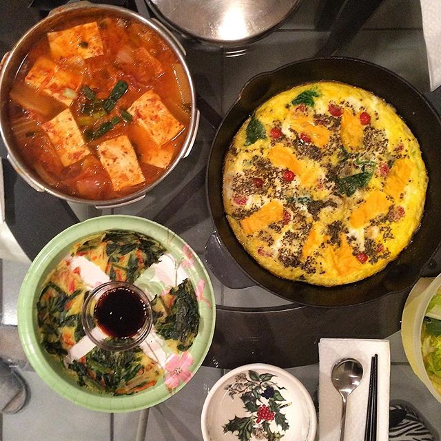 Circle theme?: #Kimchijjigae, tomato cheddar spinach #frittata, and Korean chive pancake 🍽. #김치찌개 #프리타타 #부추전 #집밥 #요리 #홈쿡 #저녁 #homecooking #homemade  #onmytable #banchan #koreanfood