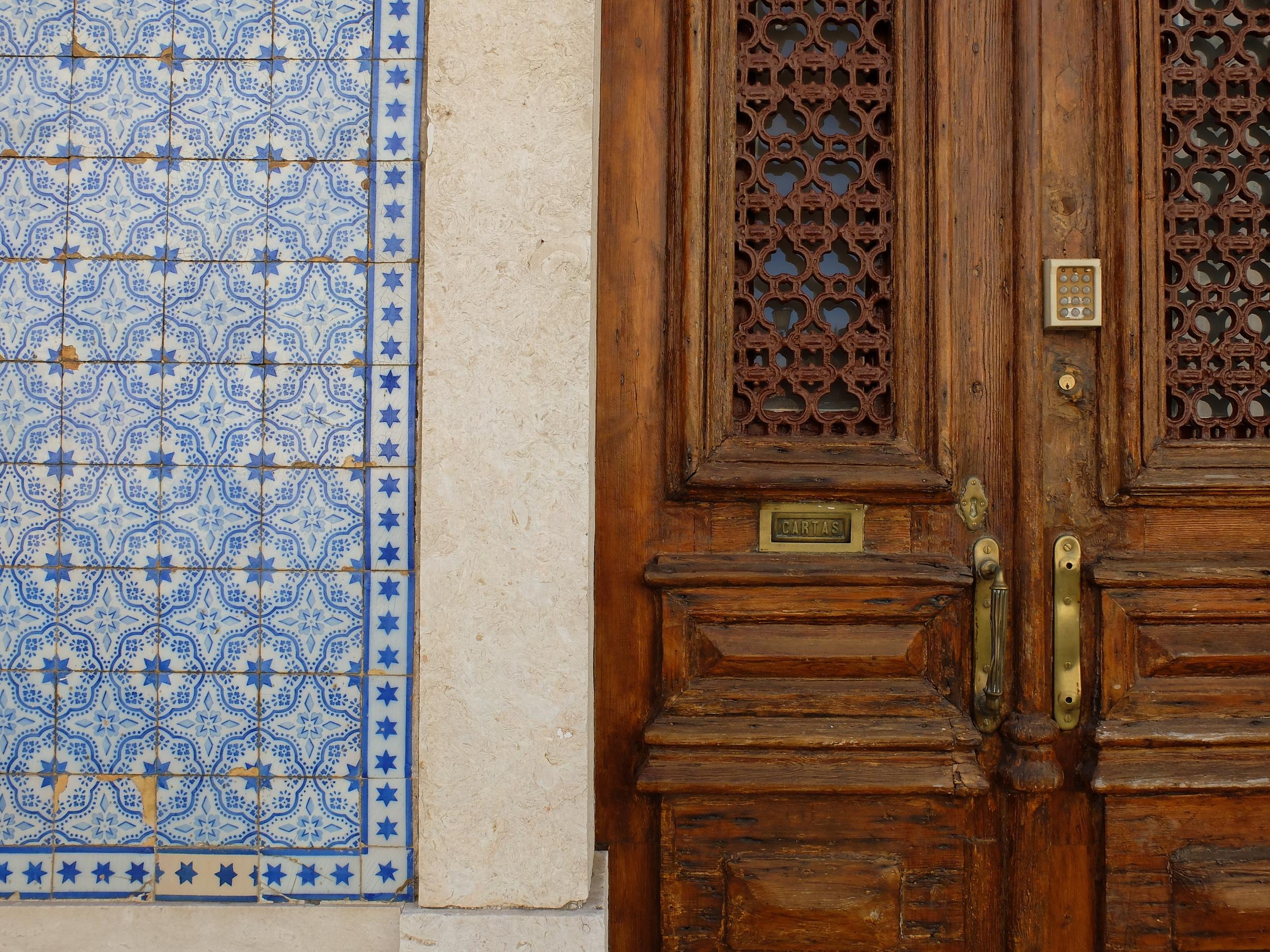 hello getaway cityguide lisbon tile