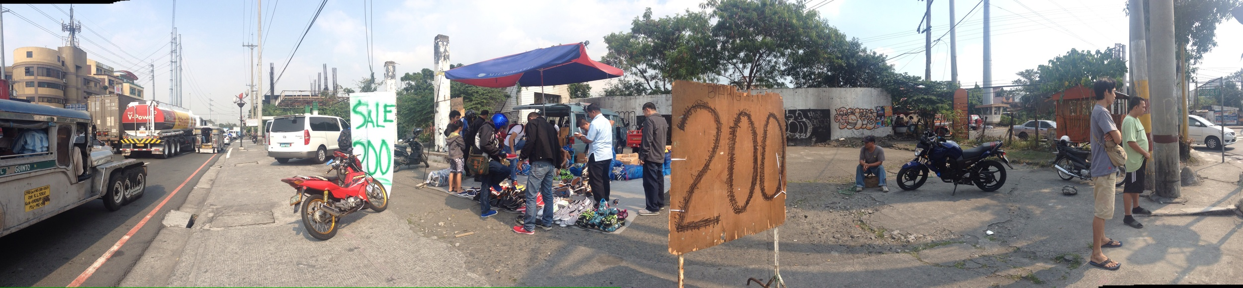 Here's one example of a pop-up stall along Quirino extensionlocated between two primary roads onan open empty lot.
