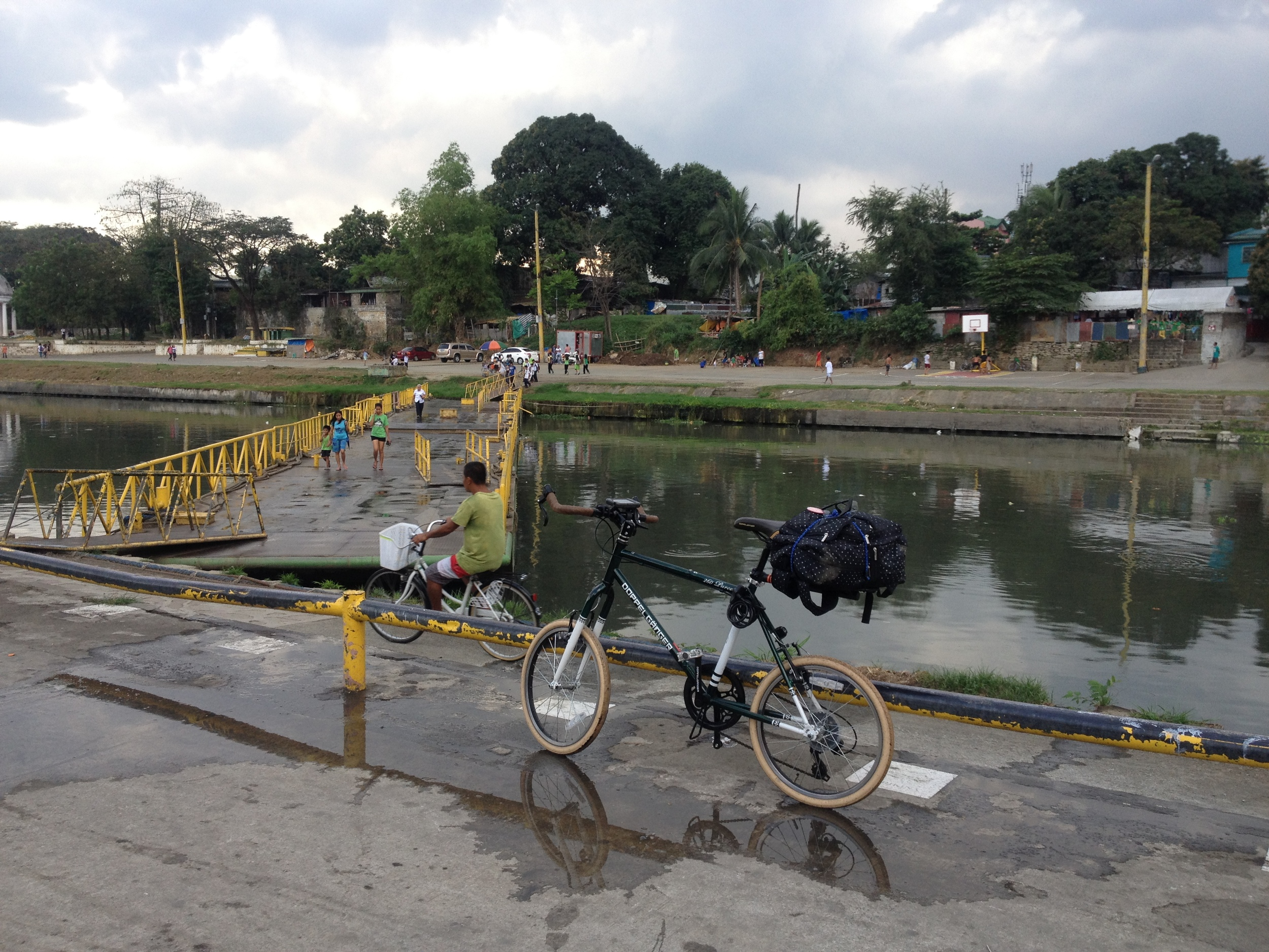 This floating bridge can technically be moved to any location. This is the only one along the river, but it should be replicated at other points along the river since there are few places to cross to the other side. These are a low-cost solution which can be easily implemented around Metro Manila on other rivers; after visiting the disconnected areas of Navotas and Malabon there are clearly numerous potential opportunities to use these elsewhere.