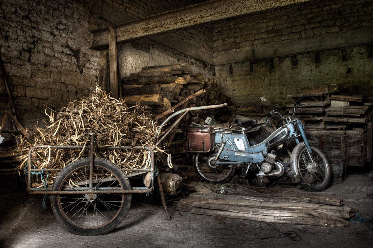 Lieux abandonnés - Ferme oubliée - La mobylette bleue Motobécane et sa remorque de haricots