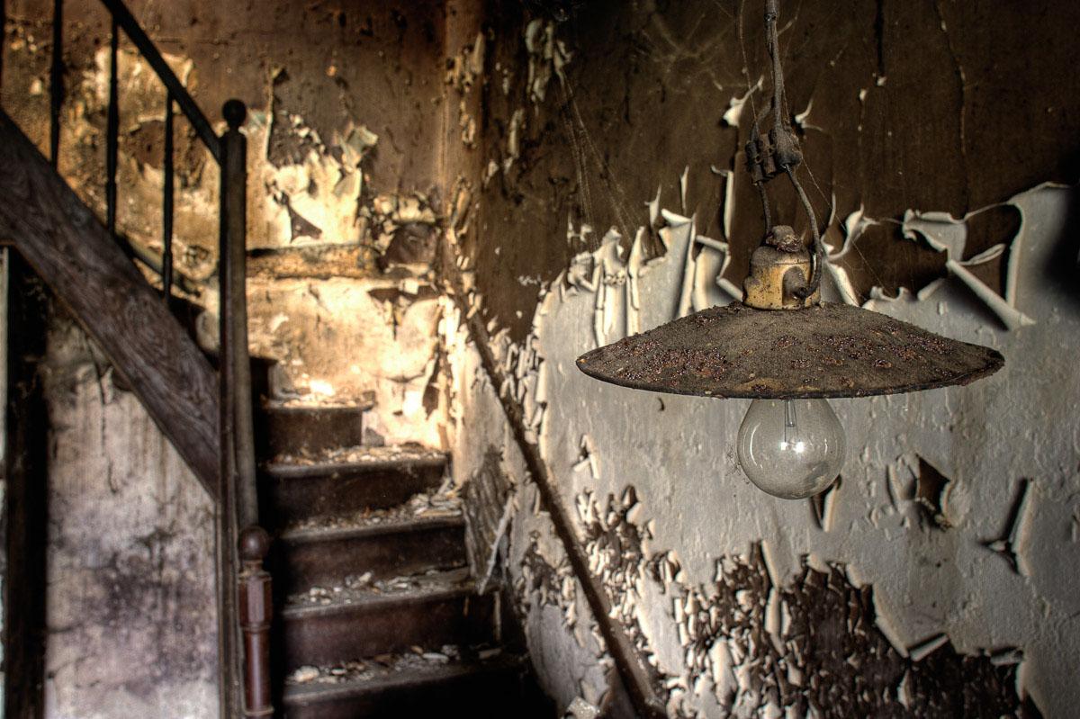 Lieux abandonnés - Ferme oubliée - la lampe de l'escalier