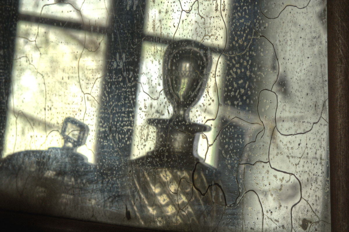 Lieux abandonnés - Ferme oubliée - reflets de flacons