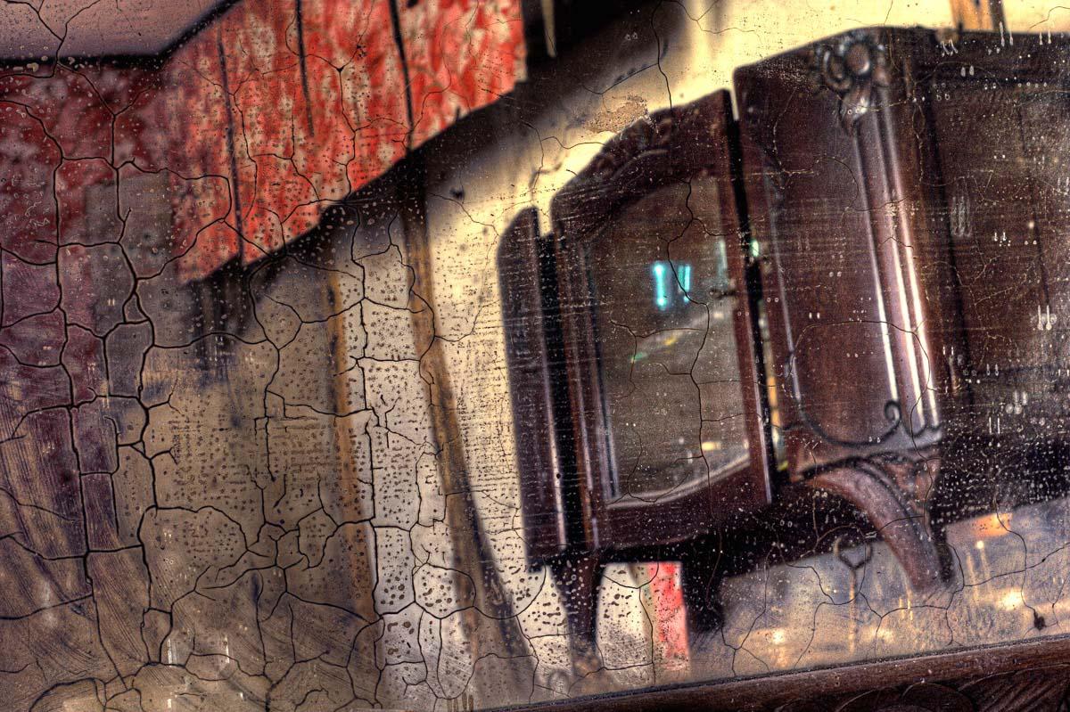 Lieux abandonnés - Ferme oubliée -  Reflet de meuble