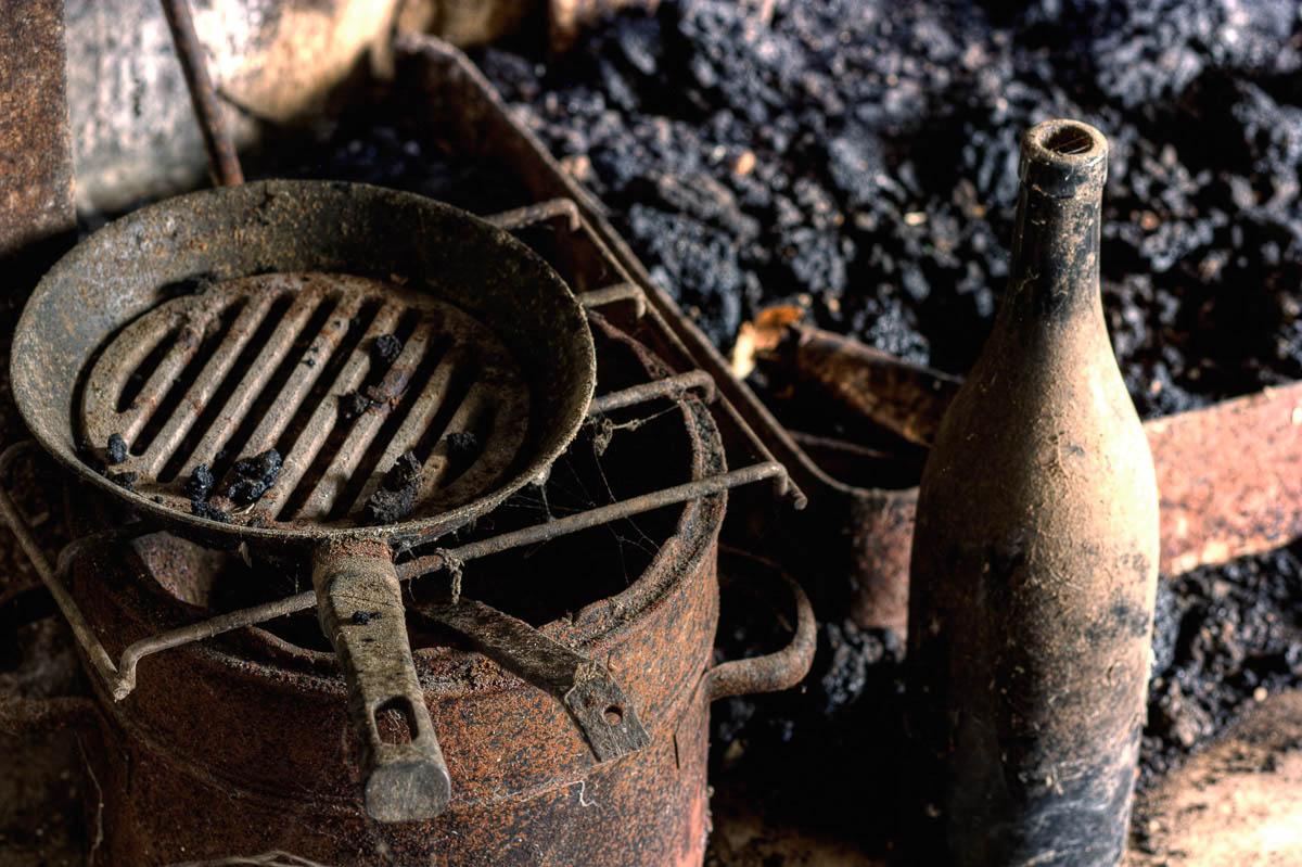 Lieux abandonnés - Ferme oubliée - La cuisine au coin du feu