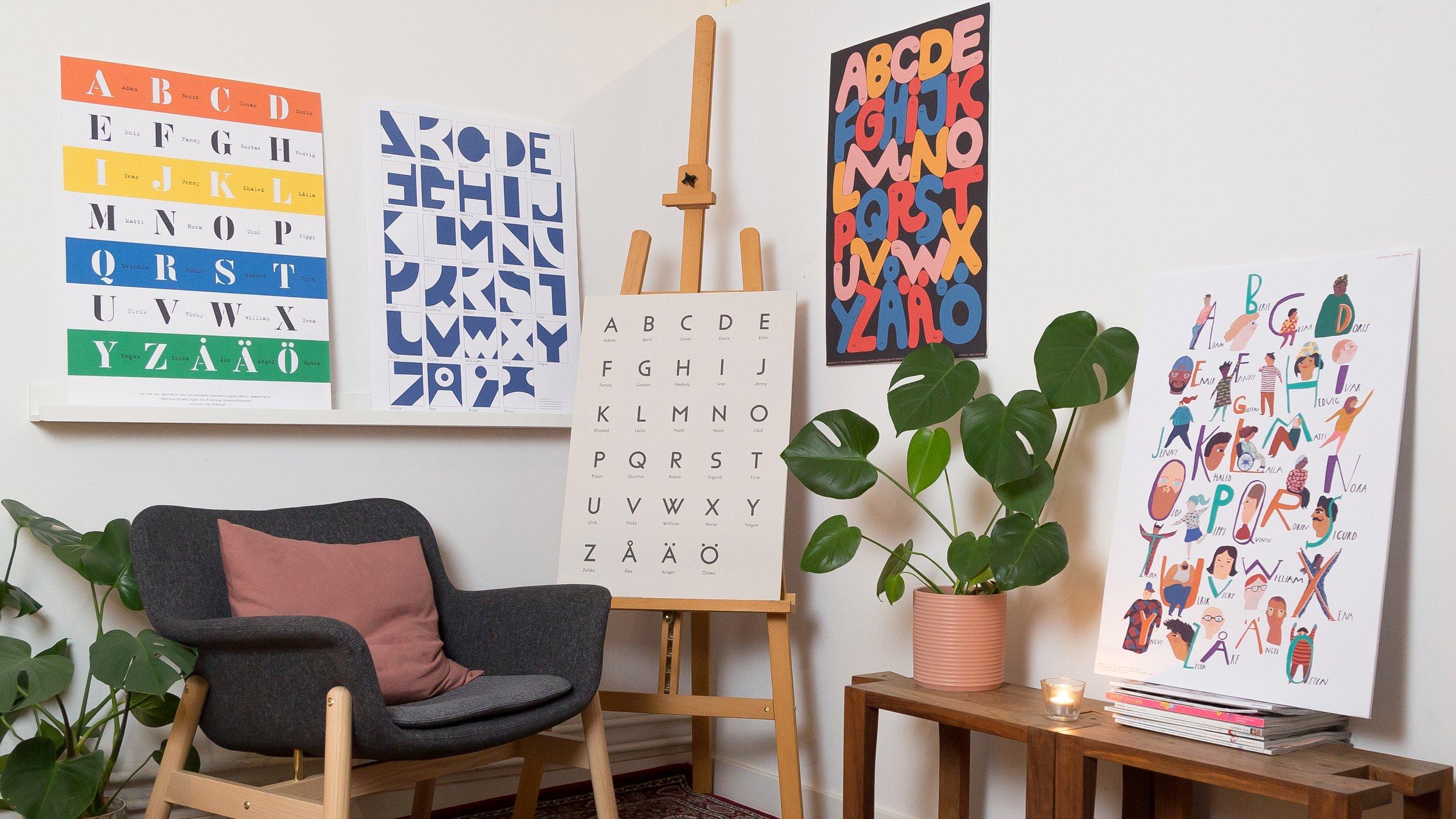 """Flera svenska formgivare tog fram abc-posters med det nya bokstaveringsalfabetet, som sedan såldes hos Design Torget.  """"De posters som släppts har fått en fantastisk spridning, och sitter nu i barnrum, på förskolor och i klassrum överallt. Det finns till och med en utanför Regeringskansliets matsal."""""""