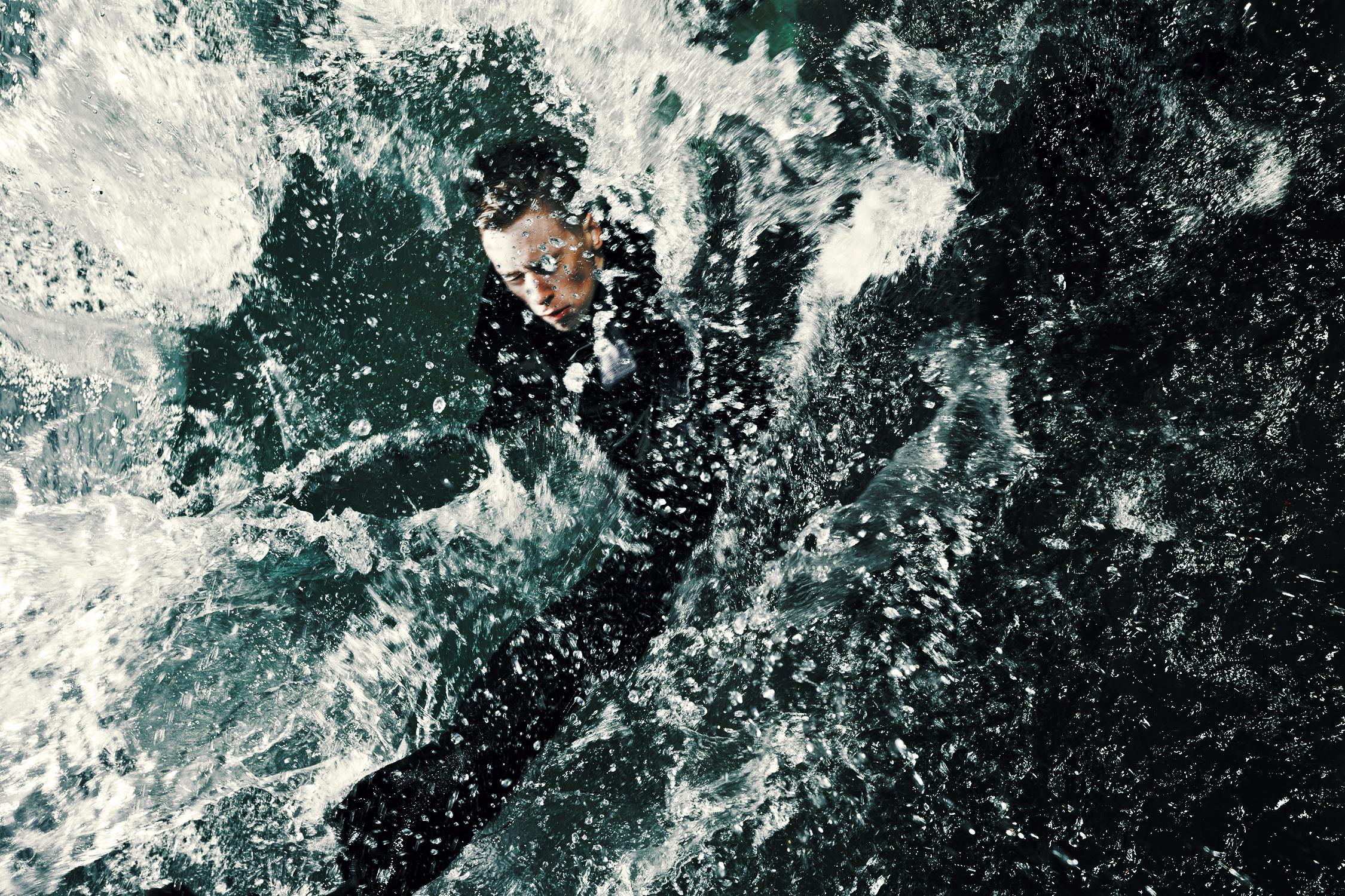 James_Bond_toiminta-elokuva-ammuttu-tippuu-veteen.jpg