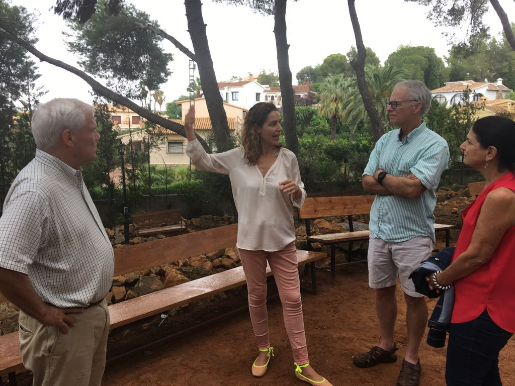 Eunice explains the historical significance of the Prayer Garden at Colegio Alfa & Omega in Dénia to Les, Suzanne and Scott from Menlo Park, CA.
