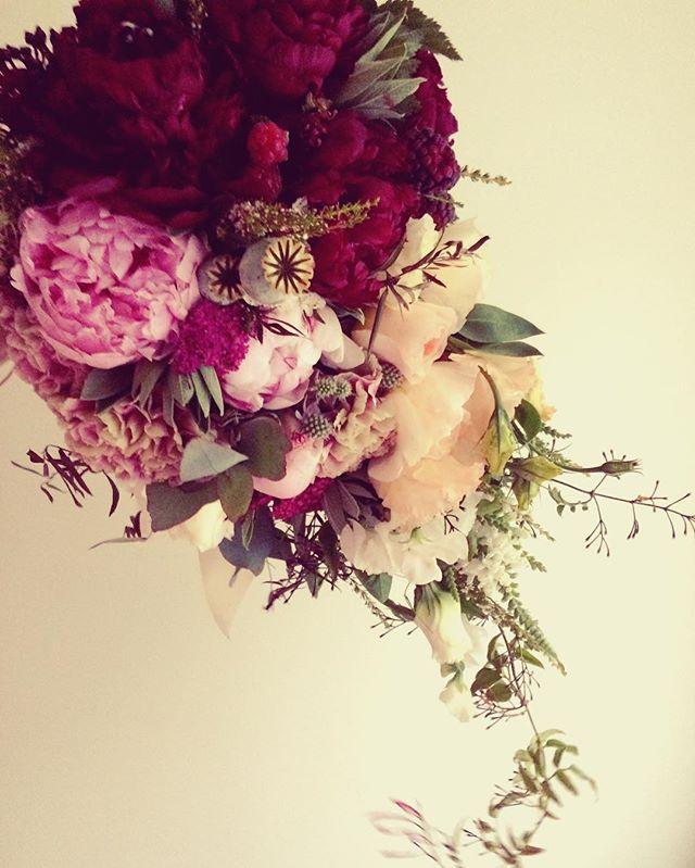 Spot ze seasonal fruits🍇🌸 . . . . . . . #blossomandwild #bridalbouquetauckland #peonies #ecoflorist