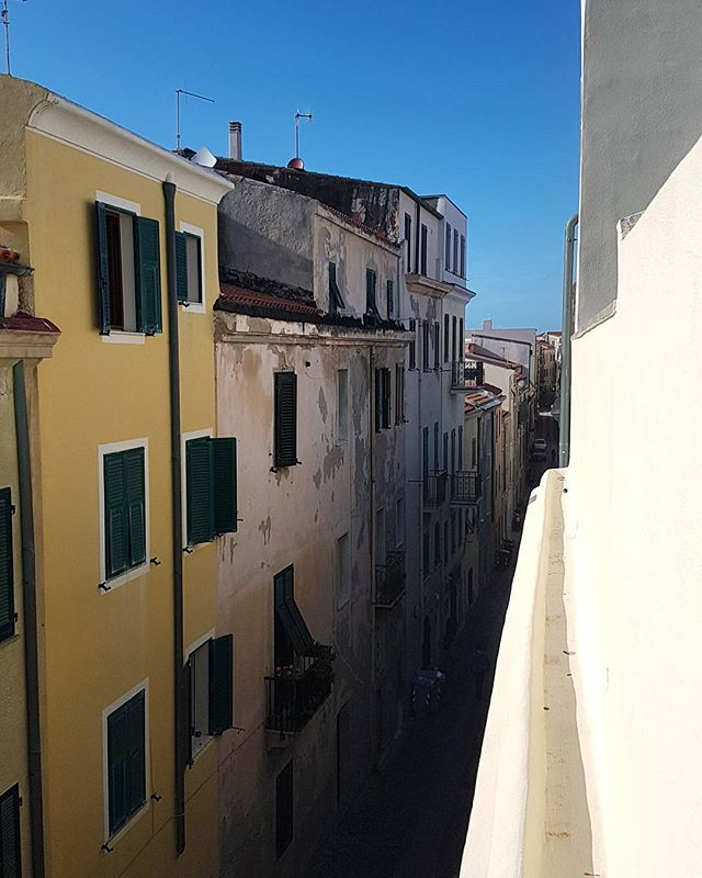 Nice colors 💜💛💙 #terrace #view #blue #sky #buildings #alghero #sardinia #onasunnysummerday 🙋