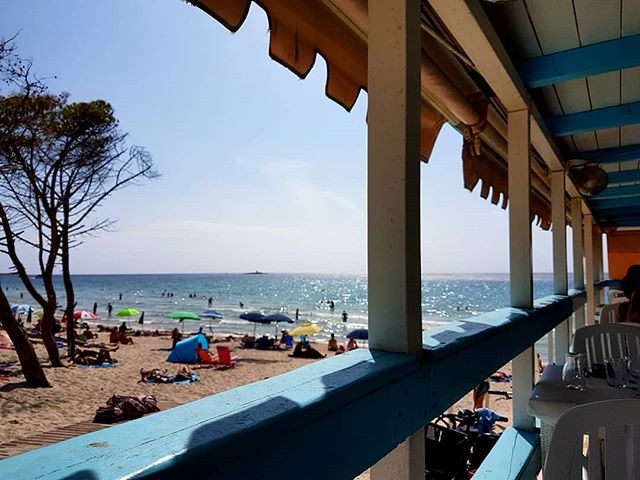 When its so warm you wait a bit before going back on the beach 😅  #lookingforwardtoit 🤗 #beachlife #exploring #travel #travelguide #alghero #sardinia #laconchiglia #sun #sea #hot #beautiful