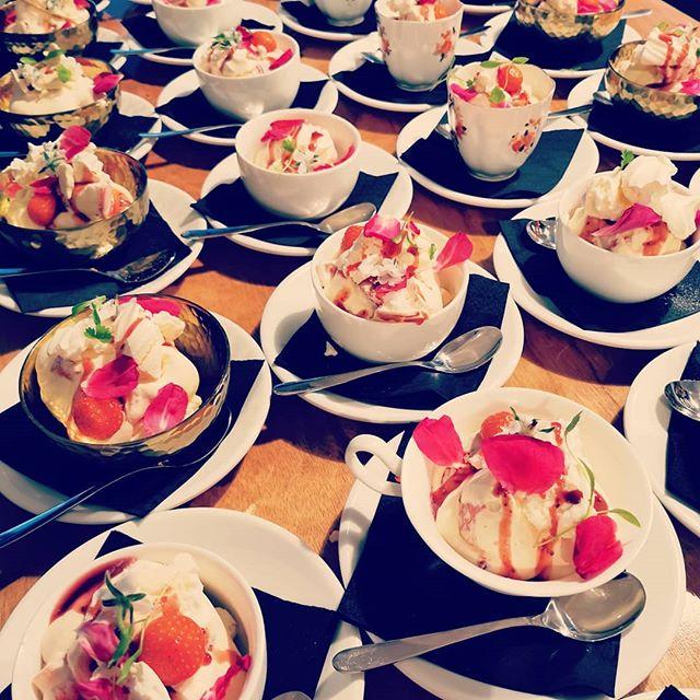 Eaton messes #dessert #edibleflowers
