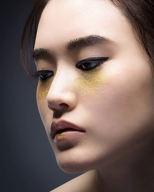 Back with the gold themed makeup, was overall an amazing shoot ! 😍 Don't forget to check out the backstage pictures 😉  Model : @i_am_emily_oo Makeup : @m.knn890 Hairstyle : @373_makino Photographer : @accent.fukuoka  #モデル #ポートレート #スタジオ #写真撮影 #撮影会 #ファッション #ヘアメイク #メイク #金 #💋 #カメラマンさんと繋がりたい #モデルさんと繋がりたい #写真好きな人と繋がりたい #パリ #フランス #福岡 #日本  #makeup #gold #lipstick #portraitmood#discoverportrait #earth_portraits #endlessfaces #portraitpage #fashion