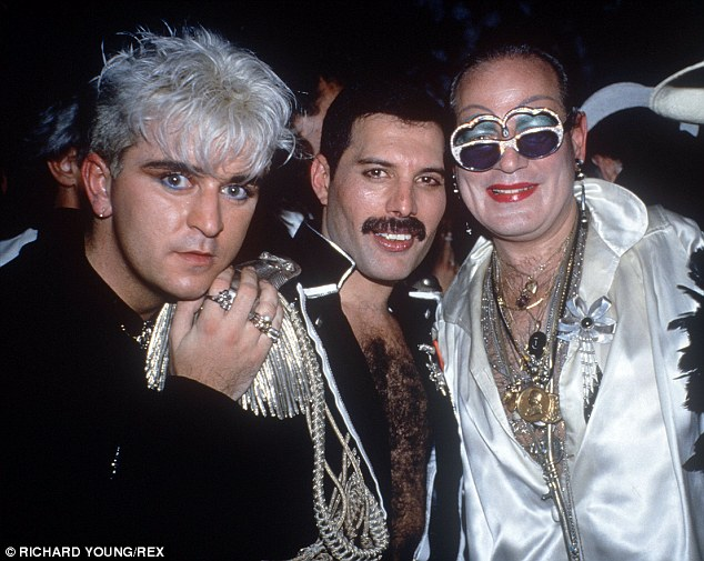 259E339300000578-2951417-Life_of_the_party_Steve_with_the_late_Queen_frontman_Freddie_Mer-m-196_1423777840134.jpg