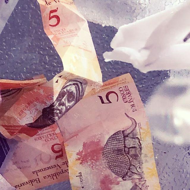 🌟 love letters / letras de amor . . . Venezuelan money crystallizing / Bolívares venezolanos cristalizándose . . .  #venezuelalibre #arte #art #amor #love #longing #participatoryart #mfa #thesis #installation #newmedia #experimental #money #currency #venezuela #bolivares
