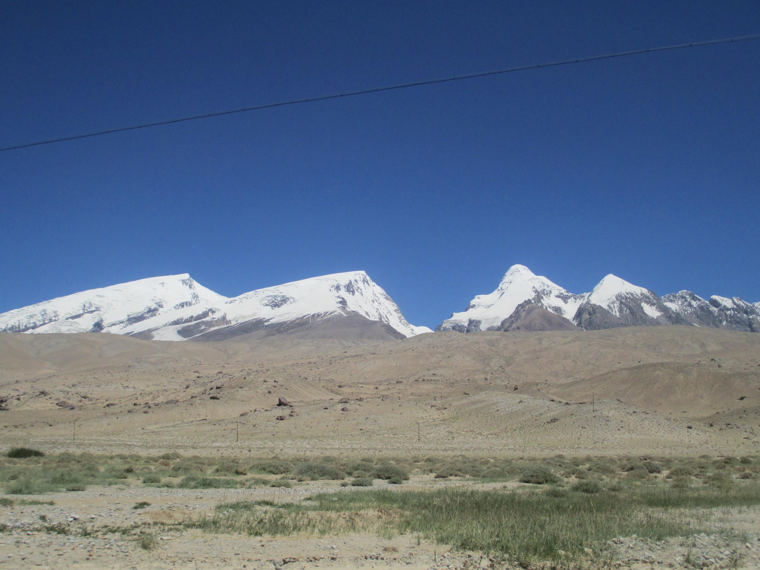 The long drag up Rabat Dawen pass 4085m on the KKH provided great views of the Mustaga Ata range
