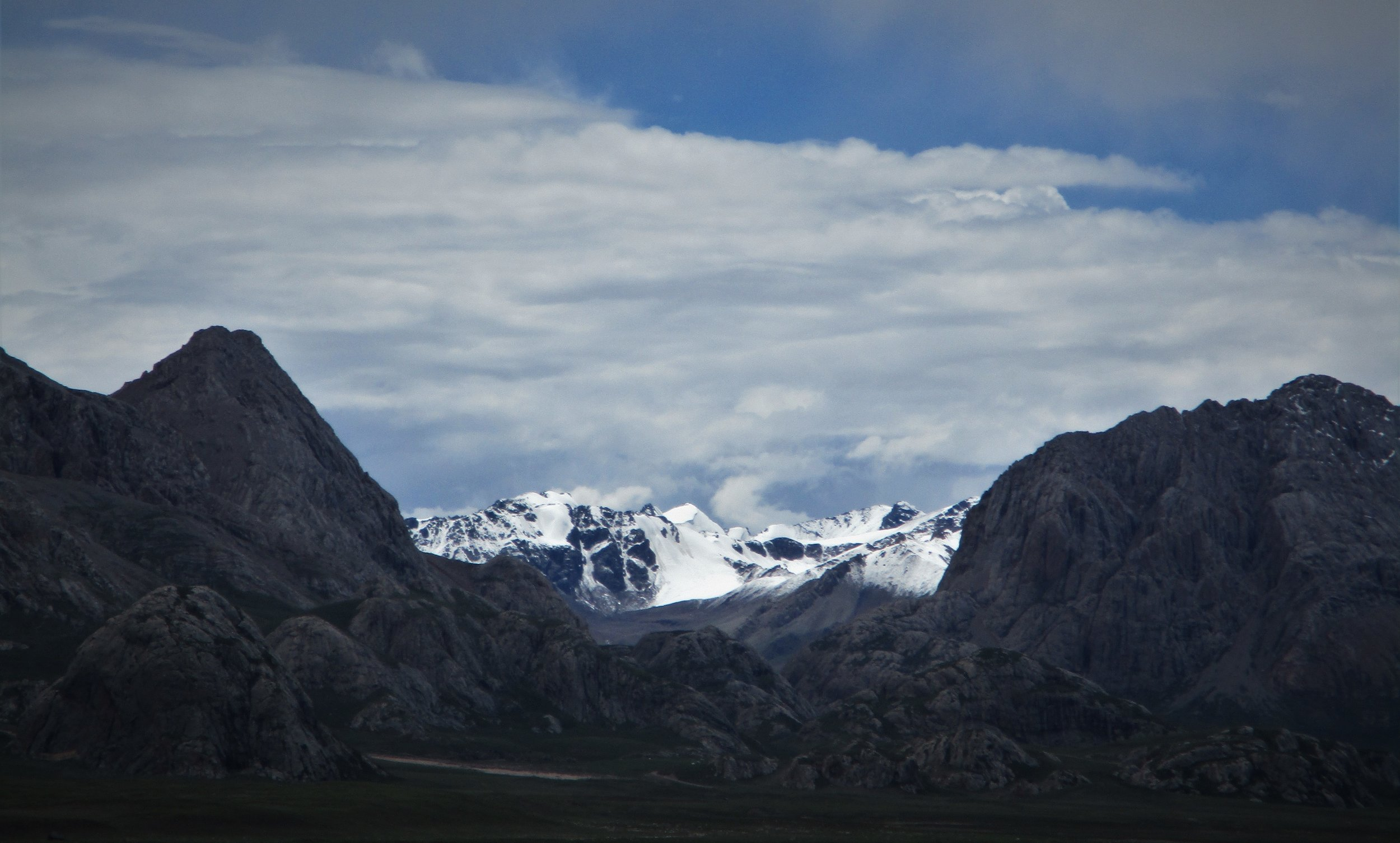 A close up of the Southern end of the Glacial peaks. The white pyramid dead center is probably piont 5797m rank 5.