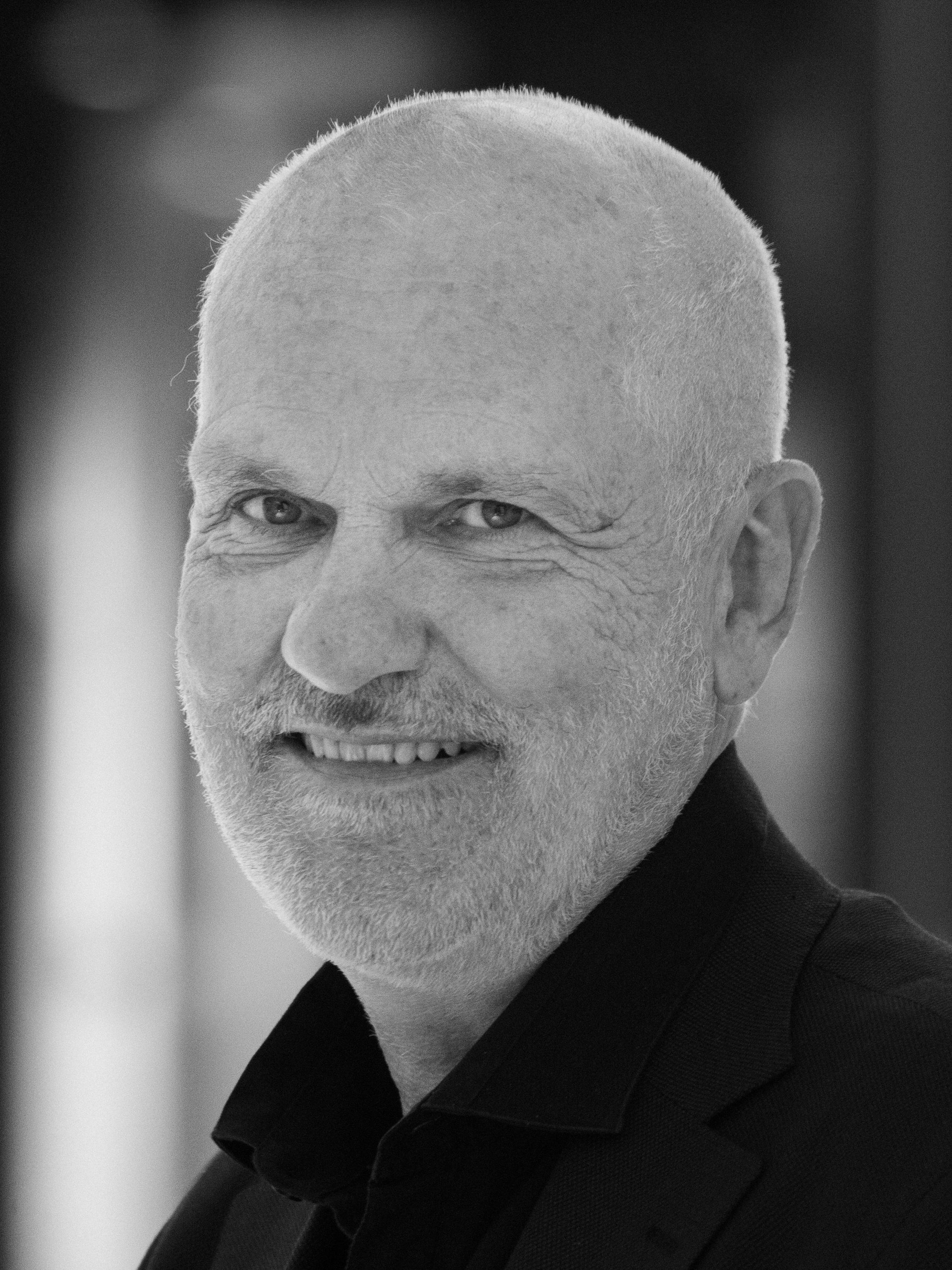 Hans Abrahamsen - Hans Abrahamsen er styreleder i Fotografihuset AS. Han arbeider daglig med gründerselskap, der han til daglig er styreleder i Oslo House og CEO i kunstselskapet Locarto. Han holder også foredrag om endringsledelse blant annet på Universitetet i Stavanger. Han er utdannet cand. real. ved Universitetet i Oslo. De siste 25 år har han vært CEO i Skretting AS (og vært en del av ledergruppen i Nutreco Aqua i Holland), CEO Stavanger Aftenblad AS (sittet i ledergruppen i Schibsted Norge) og konsernsjef i Kverneland Bil AS. Han er fortointeressert og var i sin tid fotograf i Universitas (i studietiden). Han har også ledelseskurs fra Solstrand og fra Insead i Sveits. (Foto: Roar Vestad)