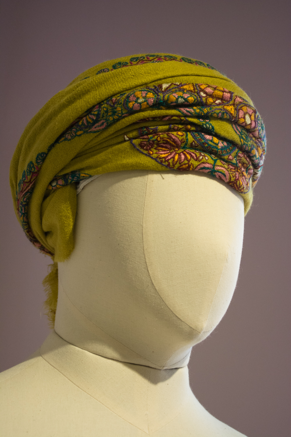The massar can be worn with or without a kuma (cap) underneath.
