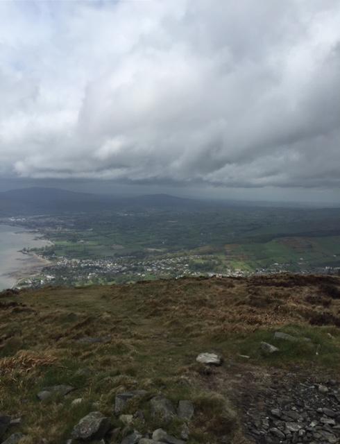 Thíos: Caisleán Ruairí, An Phointe agus Loch Cairlinn & Thall: Sliabh gCuilinn in Ard Mhacha Theas. Below: Rostrevor, Warrenpoint and Carlingford Lough & Beyond: Slieve Gullion in South Armagh.