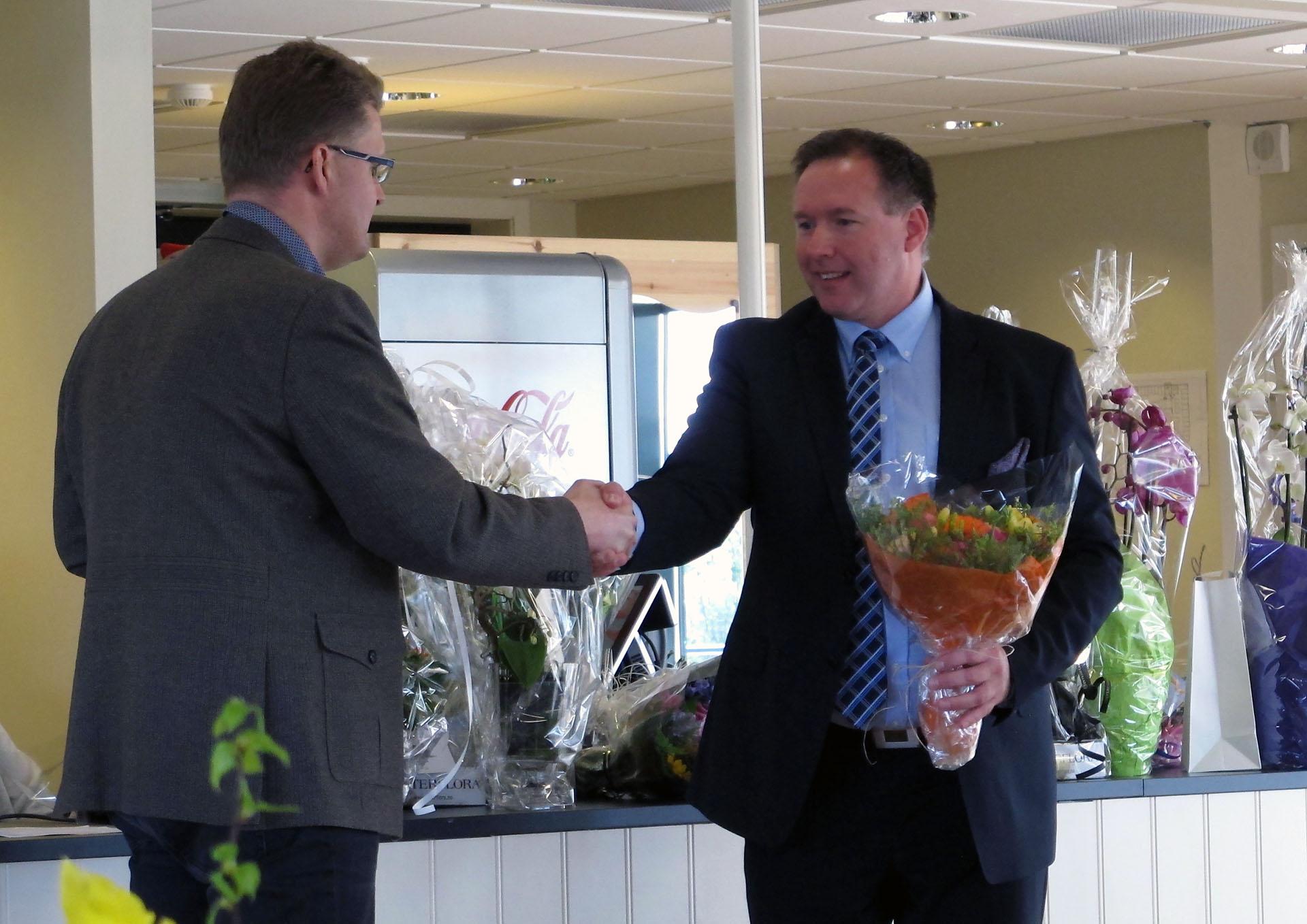 Fylkesvaraordfører deler blomster.jpg
