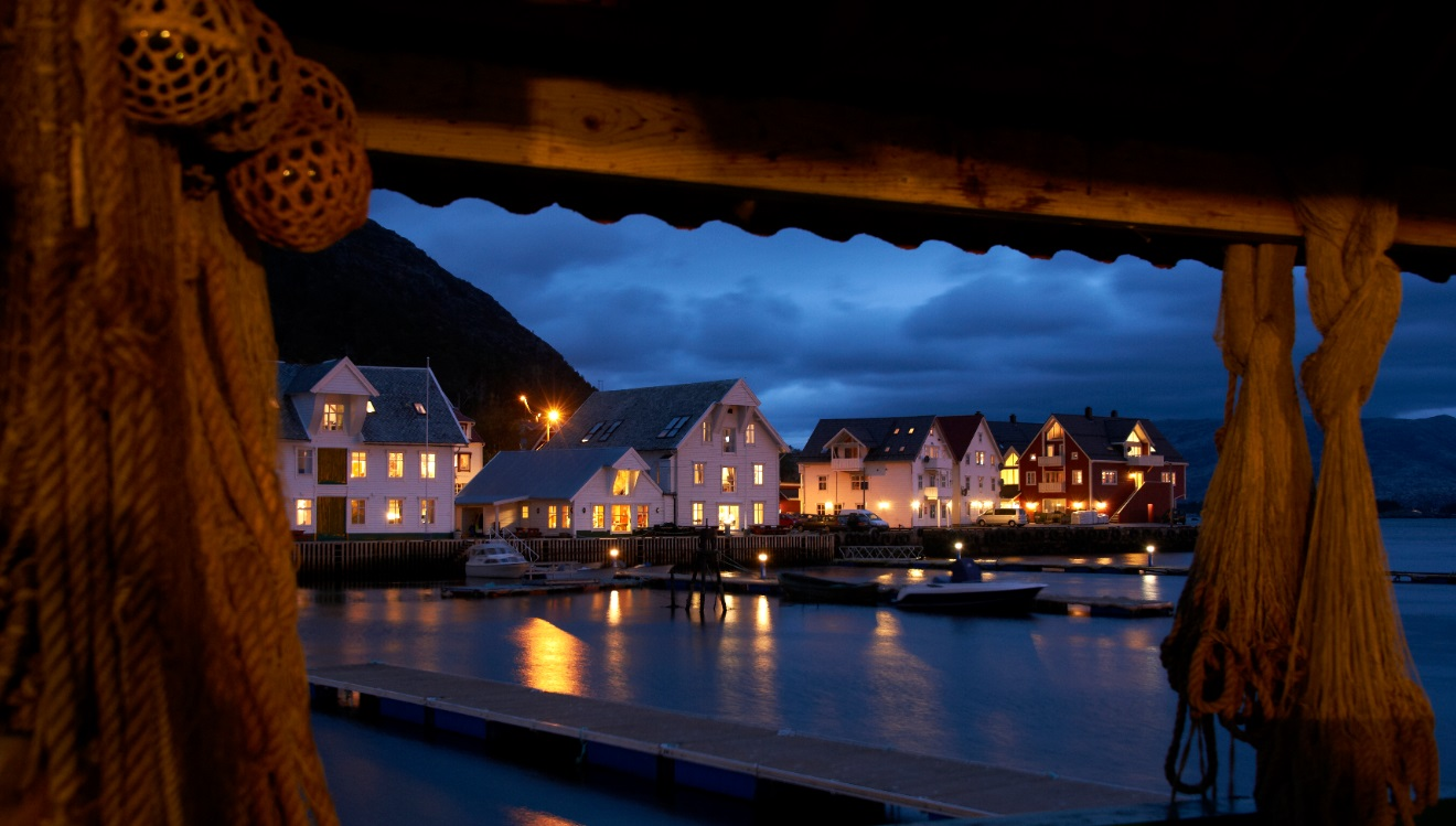 Knutholmen, Kalvåg by night.jpg