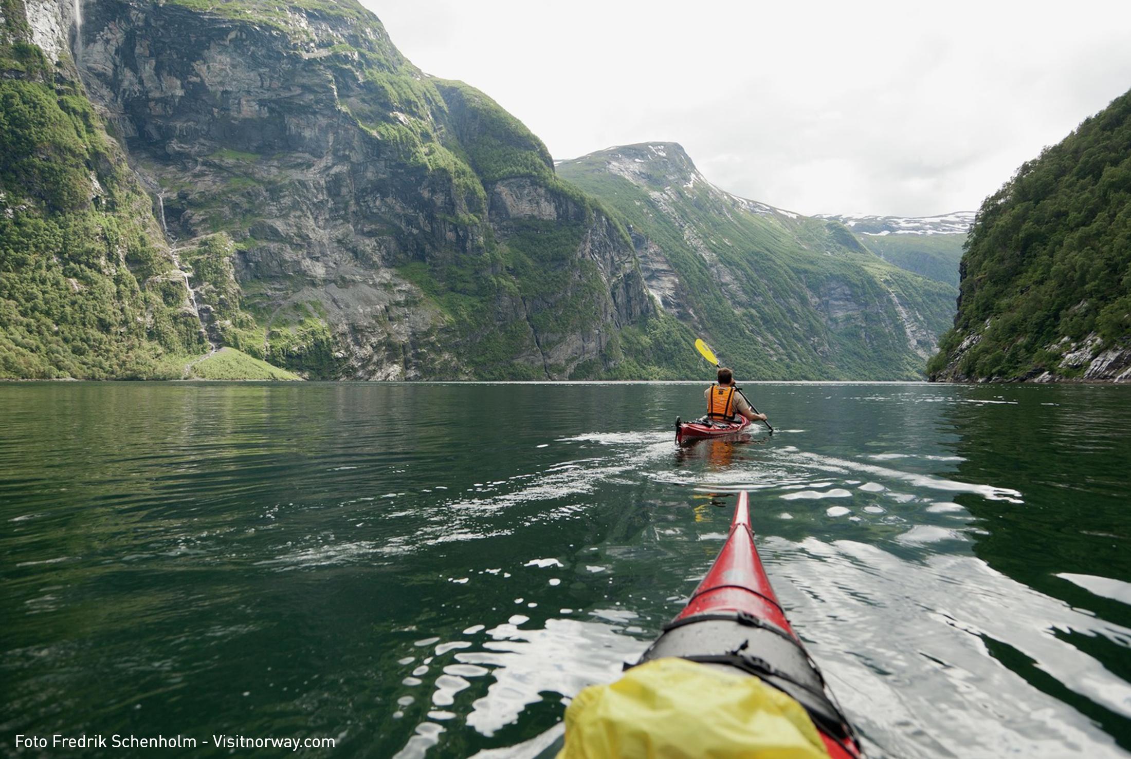 Kajakk i Geirangerfjorden Foto Fredrik Schenholm.png