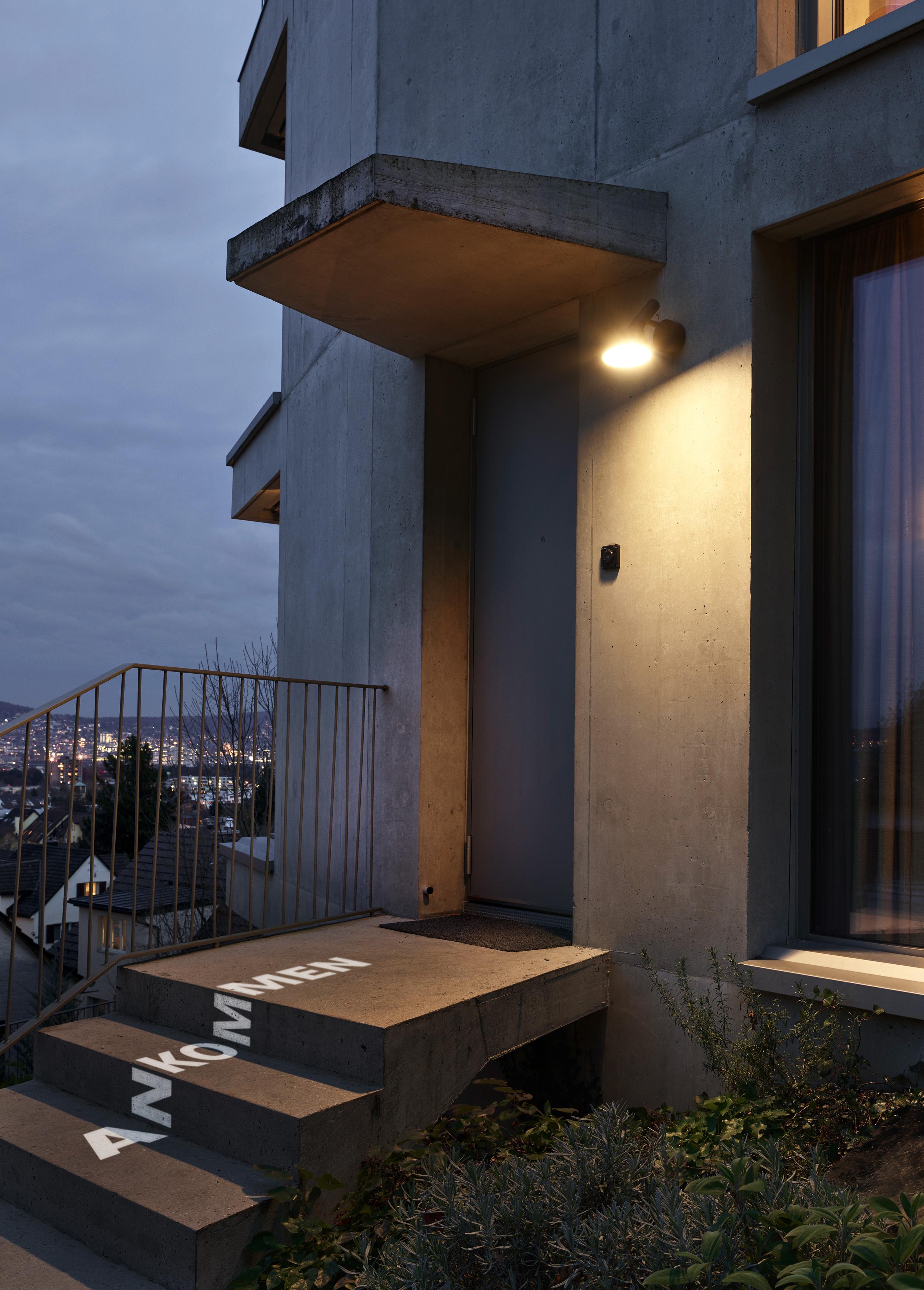 ....In stimmungsvollen Abendaufnahmen werden Visionen in resp. auf die Immobilien projiziert...In atmospheric evening shots visions in resp. projected onto the real estate..... -