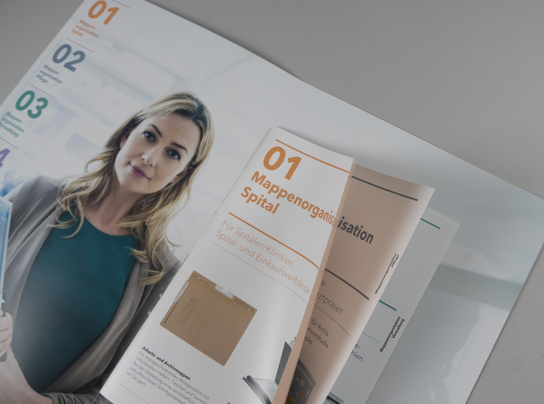 KW09  | Kleines Schmuckstück aus der Druckerei: der Imagefolder für print-mat mit verkürztem Innenteil. Passt jetzt wunderbar zur  Website  die wir letztes Jahr realisiert haben.