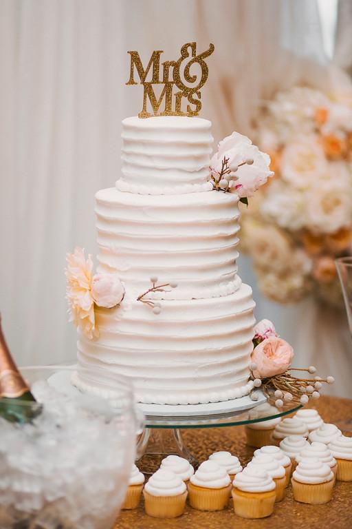 delta chic wedding cake
