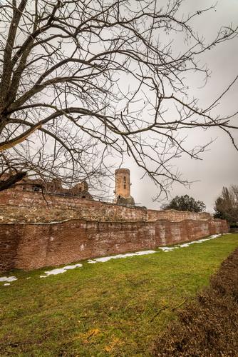 Turnul Chindiei din spatele zidului Curții Domnești