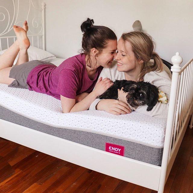 The Endy mattress, great for Sunday cuddles 😌 I 📸c/o: @beckaanddani⠀