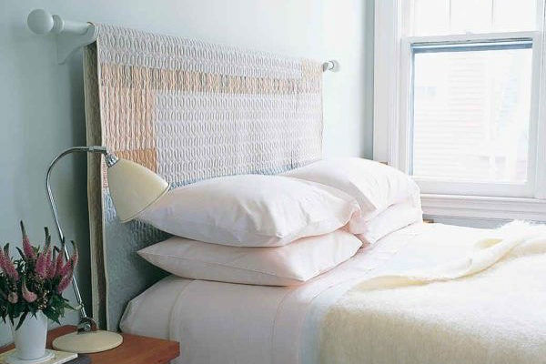 Keep things cozy with this headboard idea by  @organizesemfrescuras . Simply install a curtain rod and drape over a special throw that suits your style.