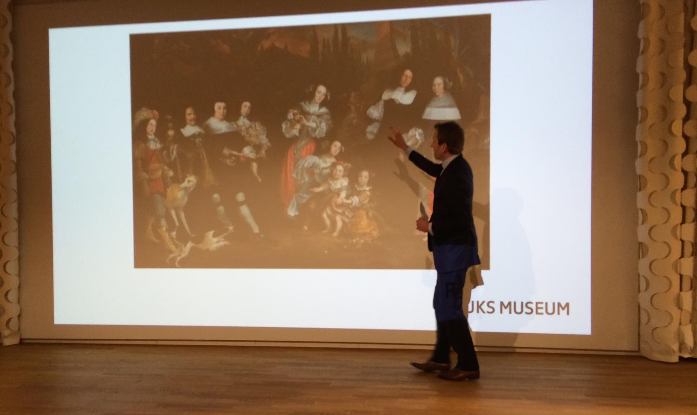 In opdracht en met fondsen vande Stichting Michiel de Ruyter heeft het Rijksmuseum het familieportret van de Ruyter gerenoveerd.   Foto: Conservator Pieter Roelofs, Rijksmuseum, licht details van de restauratie toe.