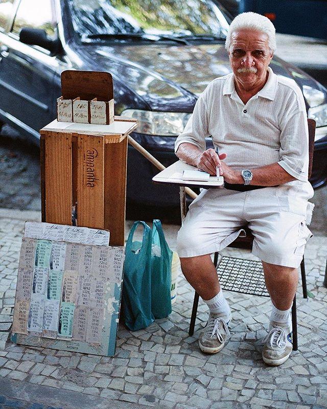 #Series_Cidade_Maravilhosa . .  #Brazil #RiodeJaneiro #streetphotography . . #35mmfilm #nofilter #leicainternational #lensculture #lensculturestreets #street_life_award #streetlife_award #streetphotography_color #bnwinternational #fashion #eyeshotmag #streetdreamsmag #ourstreets #life_is_street #colorphotography #nycspc #brooklyn #ig_street #leica #magnumphotos #streetphotographyclub #myspc #wearethestreet #picoftheday #capturestreets @newyorktimes.city @instagram @newyorkermag @newyorkerphoto #myspc #documentaryphotography @vicephoto @vicebrasil