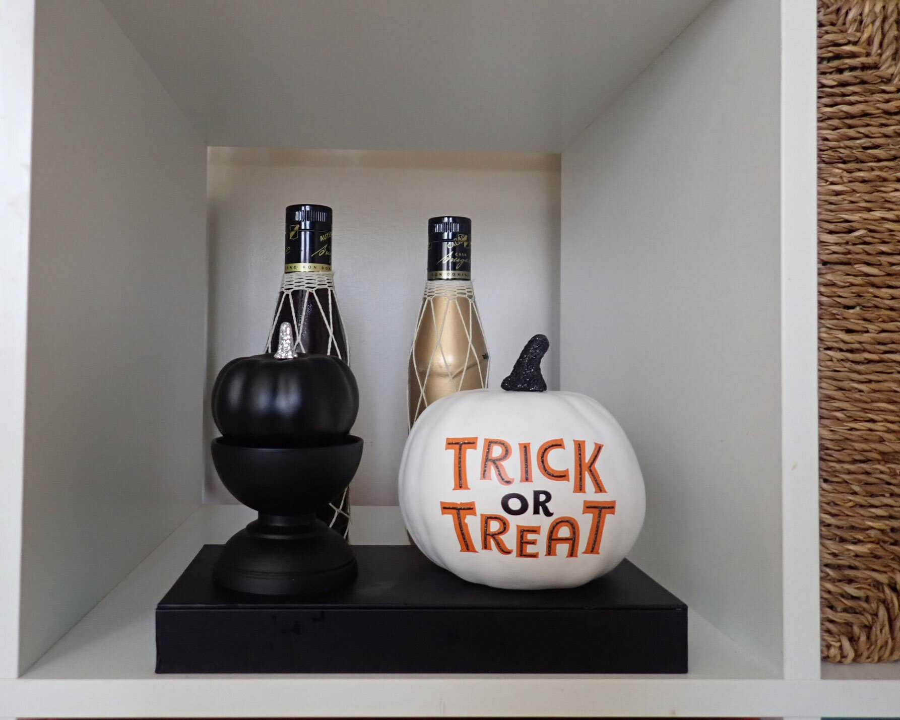 Indoor Halloween decor | Bookshelf Halloween Decor | Cute Indoor Halloween Decor | Halloween Decor Ideas | Elegant Halloween Decor | Black and white Halloween decor | www.anajacqueline.com