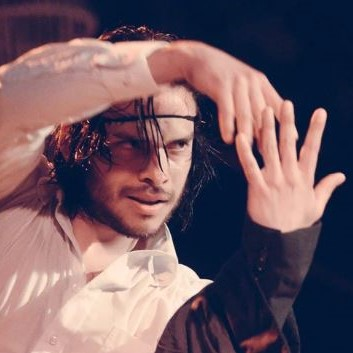 Rodrigo Calderon - El Salvadorを起源とするRodrigoは、アルゼンチンのブエノスアイレスのUniversidad del Salvadorで演劇学の学士号を学び、それ以来、さまざまなフィジカルアート形式の監督と調査に専念してきました。 過去10年間、彼はアルゼンチン、オーストラリア、エルサルバドル、インドネシア、インド、マレーシアの様々な劇場、フェスティバル、映画制作、教育プロジェクトで俳優、監督、教師として働いてきました。彼のキャリアの初めに彼は彼が劇場の儀式的な側面を探求するように促したより物理的で内臓の劇場スタイルを発見して実験しました。 2015年に愛のためにメルボルンに引っ越して以来、彼は、舞踏、ニュートラルマスク、ガガ運動、ラウンジャガット、鈴木メソッド、ジャワトランス、アジアシャーマントランスダンスなど、さまざまなトレーニング方法を模索することで、フィジカルシアターへの興味を追い続けてきました。人類のために必要な質問を引き起こす劇場を作ることに強い興味を持って。