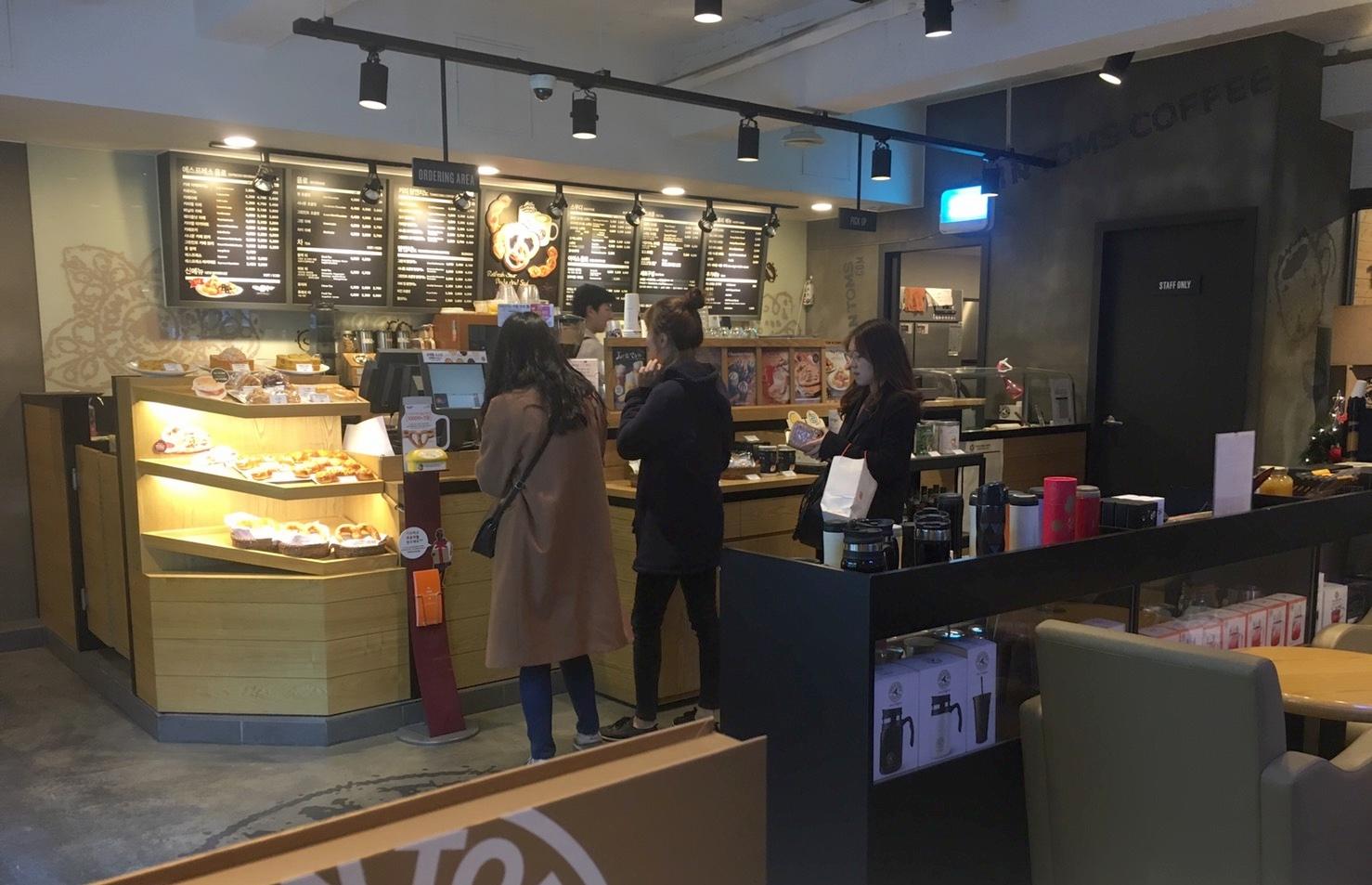 탐앤탐스 커피숍 내에 스타트업 공간이 위치해 있어, 언제든지 신선한 커피를 사서 마실 수 있다