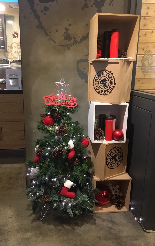 크리스마스 분위기의 트리도 장식되어 있다