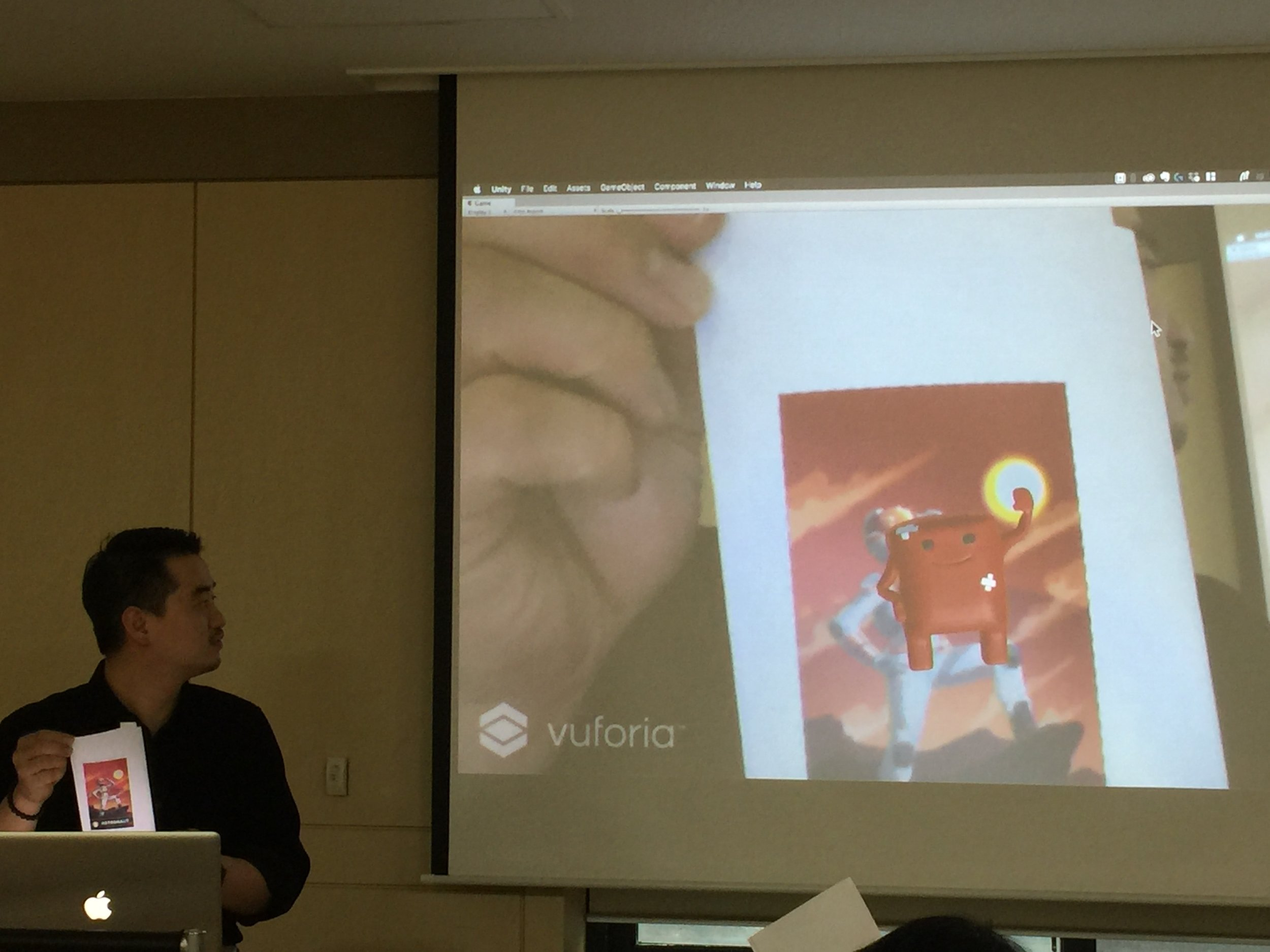 [사진] 수업 시간에 제작한 캐릭터를 유니티+뷰포리아를 활용하여 이미지 타겟으로 증강현실을 구현한 모습 (노트북 웹 캠 + 이미지 타겟)