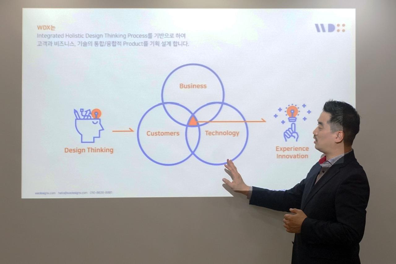 위디엑스 WDX 이종원 대표가 위디엑스의 기업 핵심 가치인 디자인 씽킹에 기반한 사용자 중심 기획 디자인 프로세스에 대해 설명하고 있다.