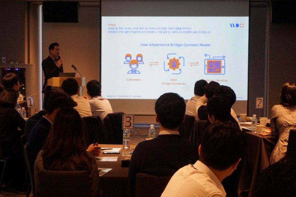 위디엑스 이종원 대표는, 제품/서비스와 사용자 간의 간격을 좁히고 혁신적인 기획/디자인이 필요하며, 위디엑스는 교두보 Bridge-Connect의 역할로써 그 둘을 연결해주는 디자인 프로젝트를 진행하고 있다는 점을 설명하고 있다.