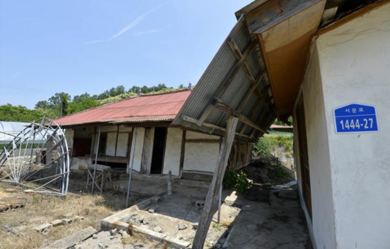 고령화가 심각한 마을 중 한 곳인 충남 서천군 문산면 은곡리의 한 폐가. [중앙포토]