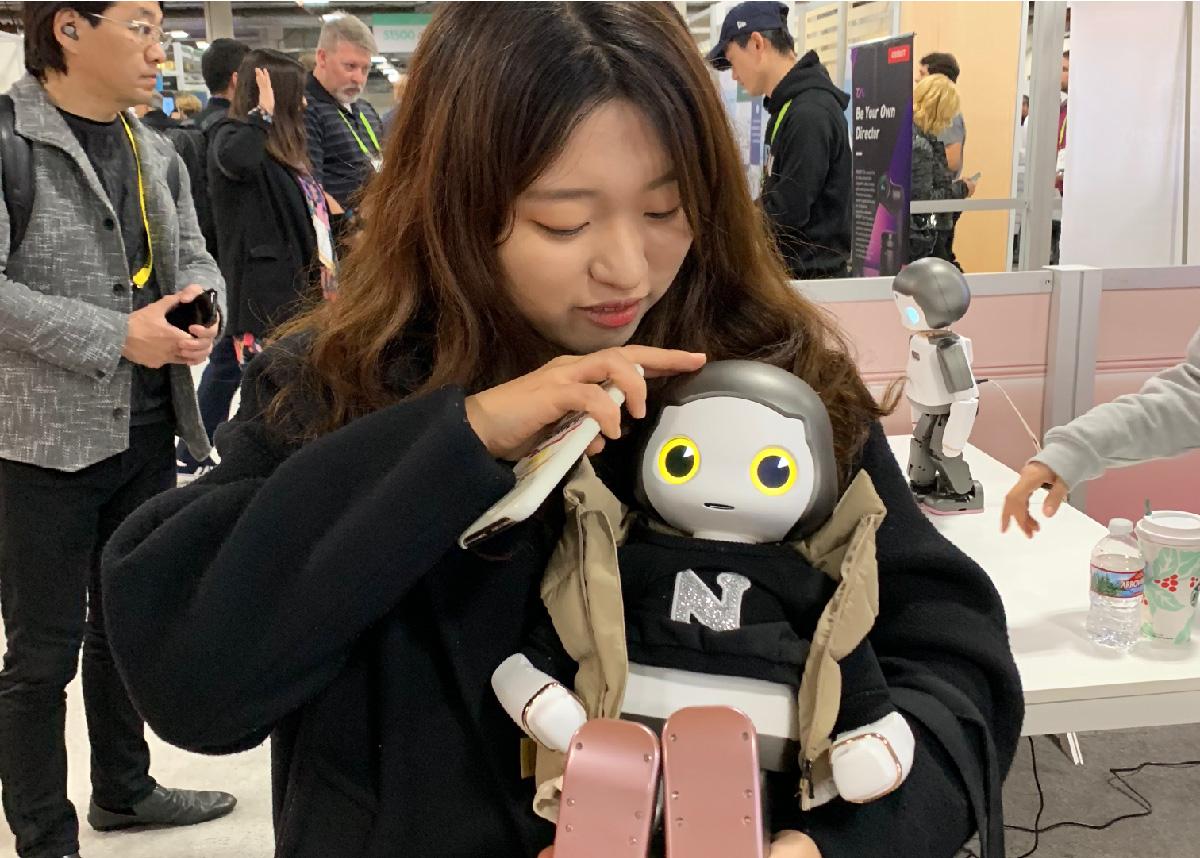 한국 스타트업 투룩의 휴머노이드 로봇 '리쿠'를 안아보는 중 (인물 : 위디엑스 한승미 디자이너)