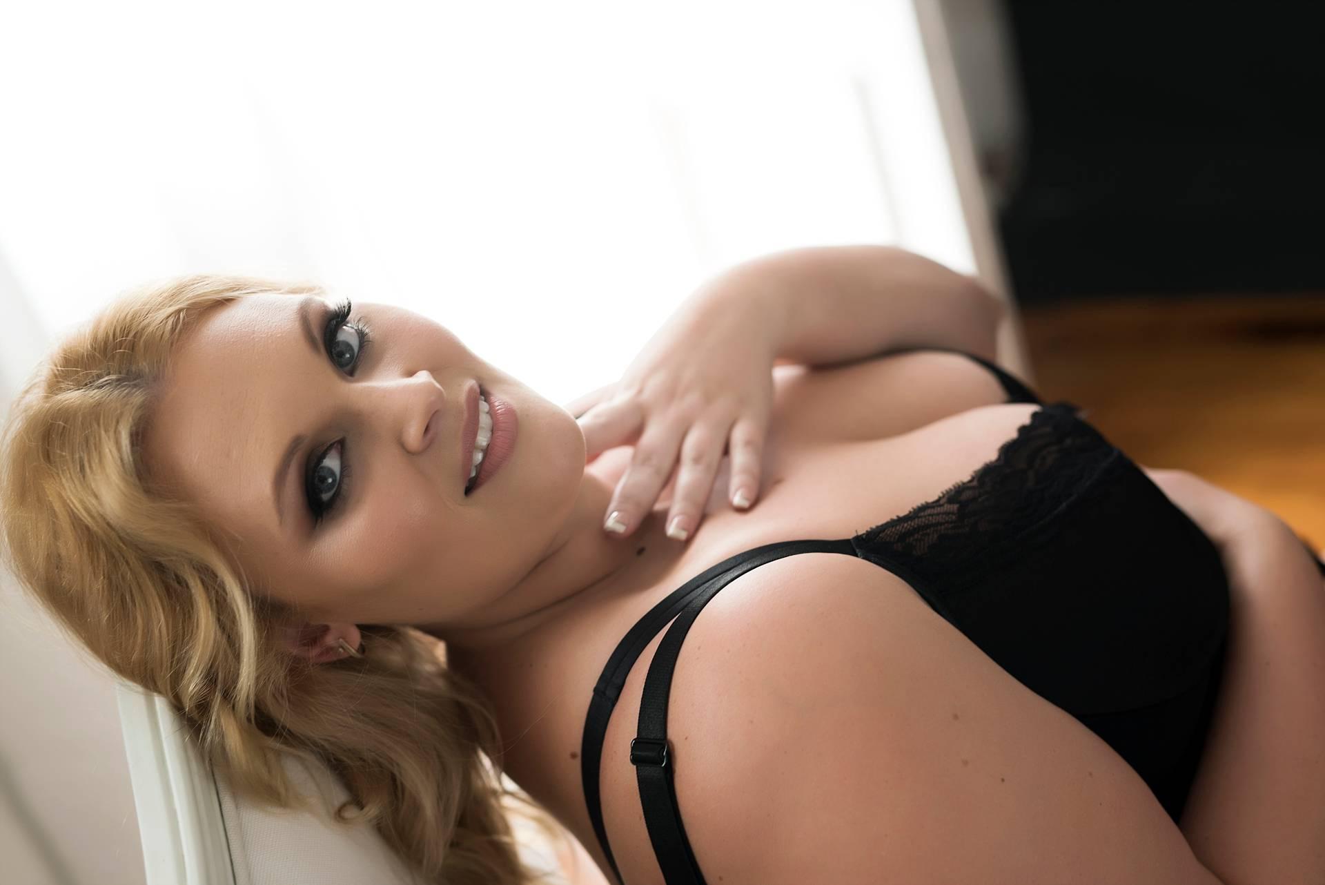Sexy curvy boudoir