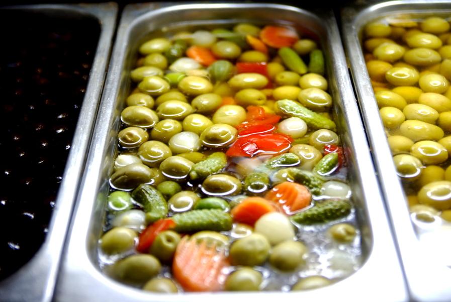 Mercado Jeruzalem olives.JPG