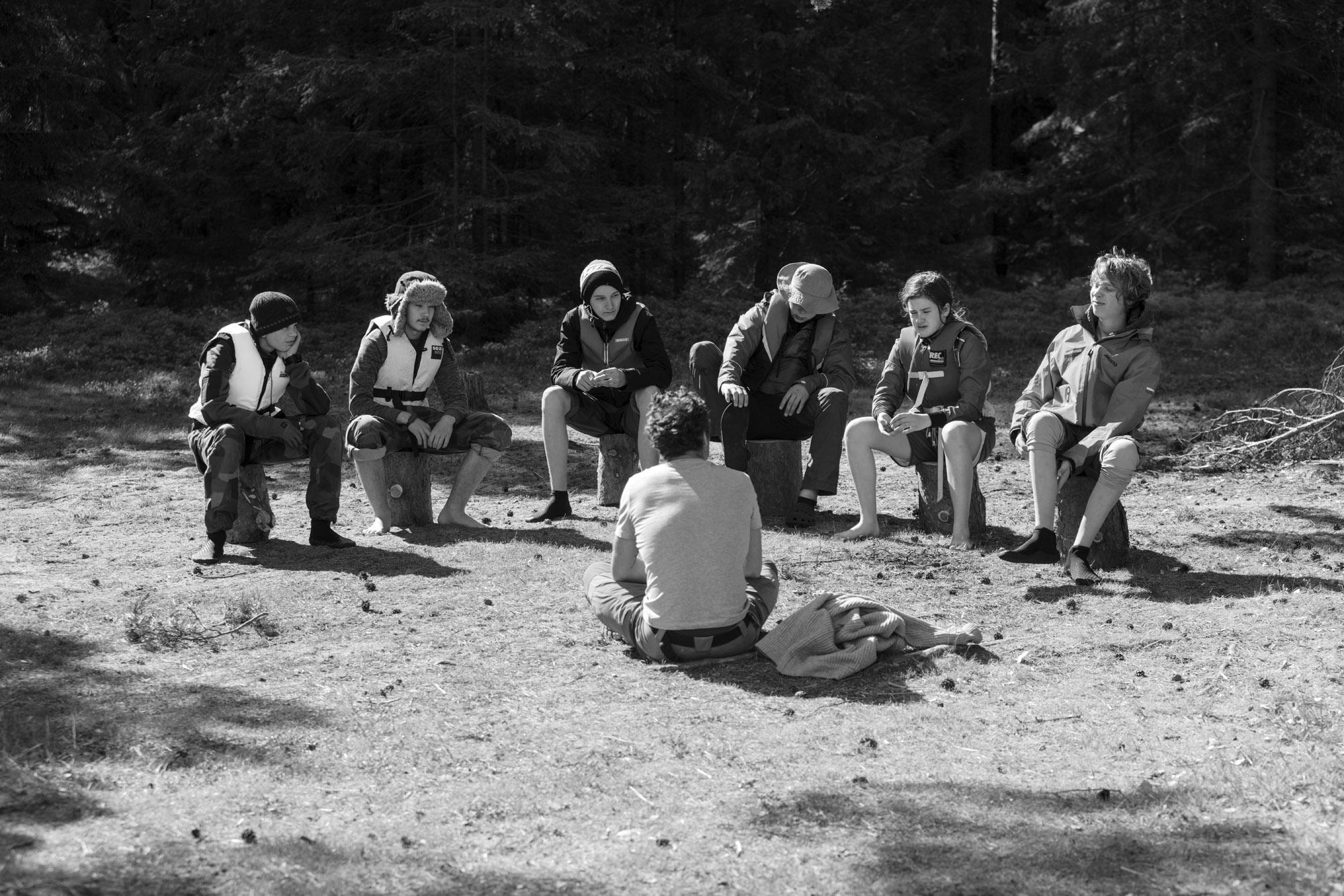 När du pratar med en grupp se till att de har solen i ryggen så att de enkelt kan se dig och inte distraheras av solen.