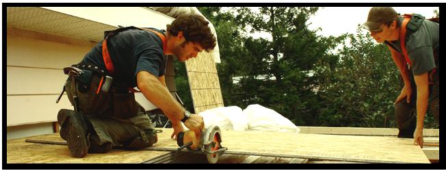 Menuiserie - Tous les travaux de menuiserie connexes à la toiture sont exécutés par nos employés. Ceci comprend la construction de chambres d'air, de murets, de boîtes de ventilation, ainsi que le renforcement du pontage, des parapets et des éléments de structure. Nous offrons aussi la possibilité de fabriquer une pente en bois vers les drains lorsque nécessaire ou lorsque exigé pour des raisons esthétiques.